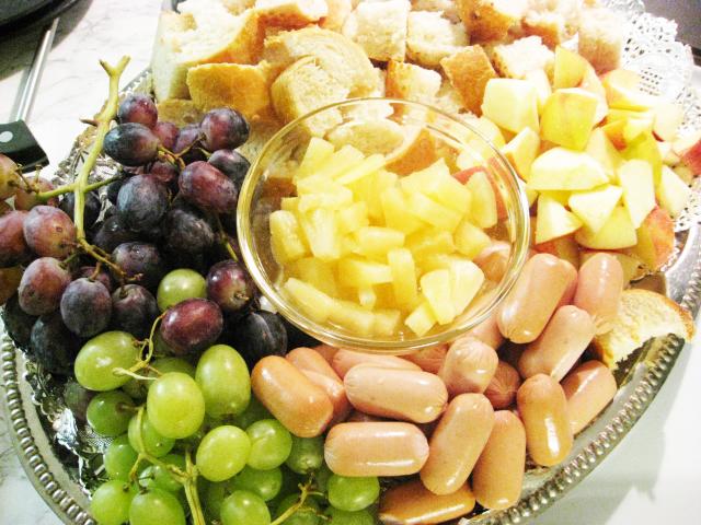 Dipattavat: viinirypäleitä, tuoretta patonkia, omenaa, ananasta, nakkeja